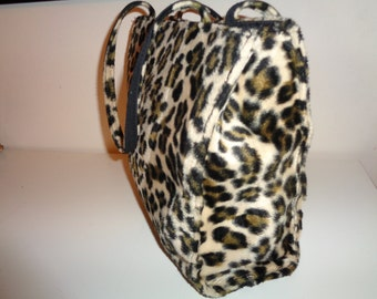Vintage Faux Leopard Handbag Purse in Vintage Condition with magnetic snap opening and zippered compartment inside for your valuables