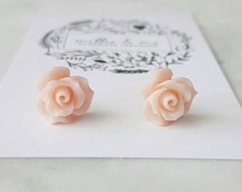 Light peach resin flower stud earrings.