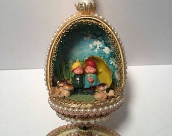 Vintage plastic spinning egg diorama music box playing raindrops falling on my head
