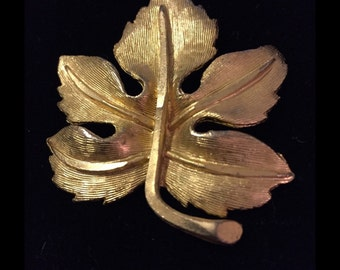 Lovely vintage leaf Brooch. brushed gold. An unsigned beauty.