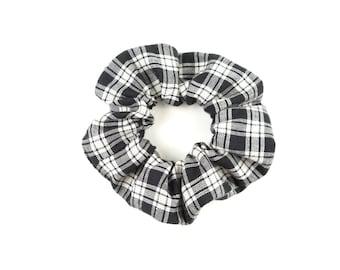 Scrunchie  100 % cotton - plaid black and white