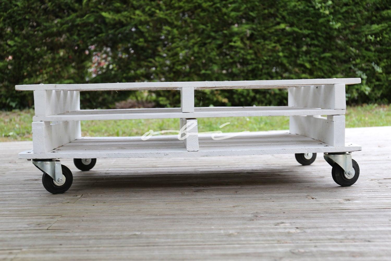 table en bois de palette sur roulettes fait main. Black Bedroom Furniture Sets. Home Design Ideas