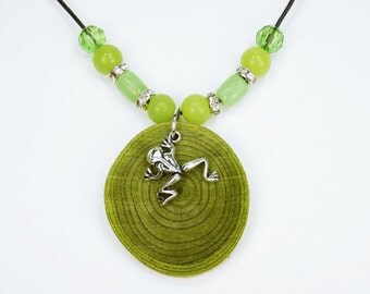 Necklace frog made of green olive wood with silver-colored frog pendant and glass beads in green frogs jewelry wood Pendant