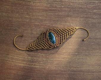 Macrame bracelet with moss agate.