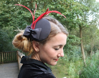 Fascinator dark grey with red feathers and Ribbon