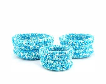 Set de trois paniers gigognes faits au crochet Bisofa - Bleu et blanc - Paniers en laine bleu