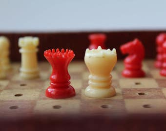 K&C plastic traveling chess 1960s London. traveling chess. chess. travel road. small chess.mini chess. road chess.plastic chess.pocket chess