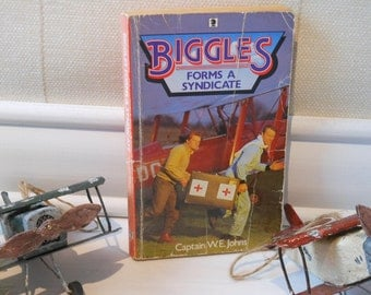 Biggles Forms a Syndicate by Captain W E Johns. Paperback book.
