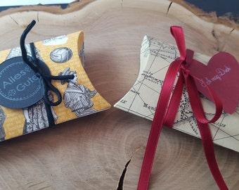 2 gift wrap pillow box