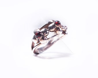 Ring piece unique flowers silver and Garnet
