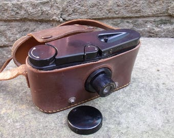 Vintage 1938 Purma Special. British made Bakelite 127 Roll Film Camera complete with original Purma leather case