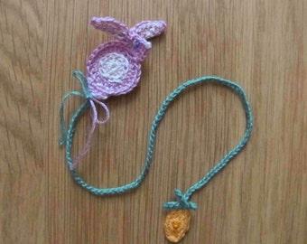 Marque-page lapin rose et carotte, fait main au crochet par Fée M1 Créations
