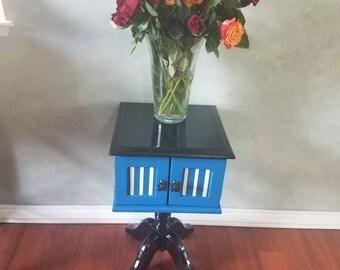 Unique Vintage Oak Pedestal Accent Table/ End Table