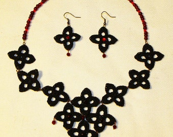 Flower necklace in black and red with earrings
