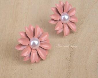 Flower earrings, pink and white flower stud earrings, bride short floral earrings, wedding jewelry, bridal floral earrings, pearl earrings