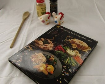 Microwave Cookbook Microwaving for Holidays and Parties by Barbara Methven and Joanne Crocker 1981
