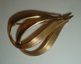 Brooch 1960s gold tone vintage swirl elegant