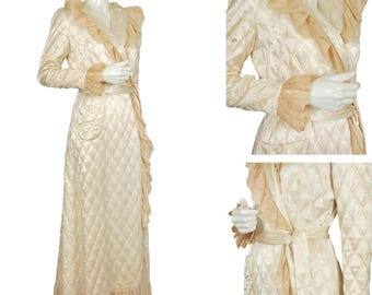 """vintage 30s post-code ivory Hollywood Regency quilted satin robe, surplice front with 3"""" lace edge trim, patch pocket, peach lining size M"""