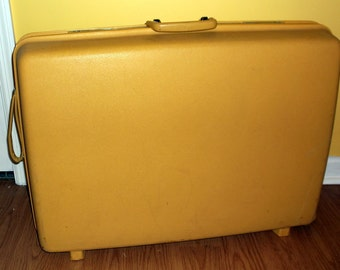 Nice Vintage Mustard Yellow Samsonite Suitcase on Wheels 2 Wheels and a Pull Strap