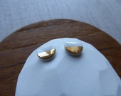 Small semicircle stud earrings in white Sample SALE