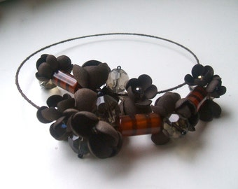 Memory Wire Necklace with brown flowers and glass beads- Brown necklace - Memory Wire - Handmade necklace