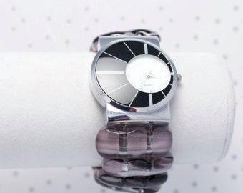 Montre bracelet en verre fusionné mauve, noire et blanche