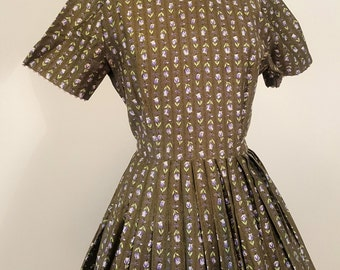 SALE Sweet Vintage 1950s Cotton Day Dress. Green Floral Print. Small
