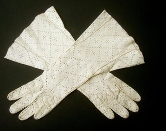 Elegant Ivory Perforated Kidskin Leather Gloves c 1960