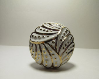 White with Gold Accent Clam Shell Design Wine Bottle Stopper