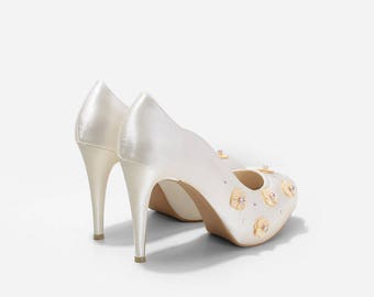 Rosette Ivory Wedding Shoes, Ivory Floral Pumps, Ivory Satin Wedding Heels, Satin Bridal Heels with Floral Appliques