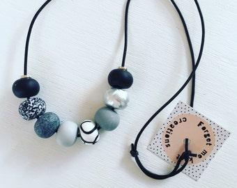 Monochromatic necklace