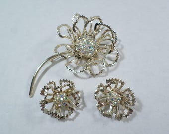 SARAH COVENTRY! Beautiful Vintage Gold Tone Aurora Borealis Rhinestone Wire Flower Brooch And Earrings Demi Parure Signed DL# 3152