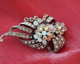 Such a glamorous vintage brooch that sparkles and glistens.