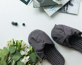 Grey cotton mules | Bow-accented mules | Homewear crochet shoes | Grey cotton bow slippers | Crochet round-toe mules with oversize bows