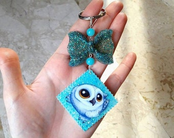 Resin Keyring with blue bow and beads, Sticker with Owl Kawaii and Glitter. HANDMADE