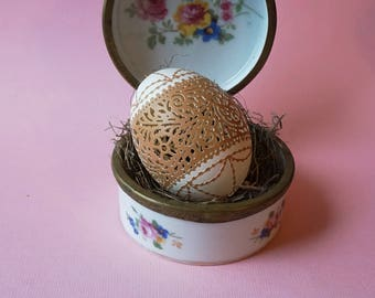 Hand Carved & Etched Victorian Lace Brown Chicken Egg