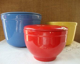 Vintage Assorted Bowls 3 Bowls 2 Lids OXFORDWARE USA Blue Covered Bowl & Yellow Nesting Universal Cambridge Potteries Red Covered Bowl