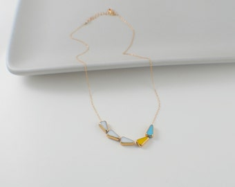 RETRO >> minimal sunny arrow long >> white, yellow, blue triangle vintage bead from 1920 on super fine 14k chain