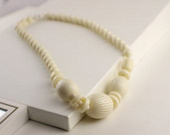 Short Length 1950s Pale Yellow Lucite Bead Graduated Beaded Necklace Kitsch