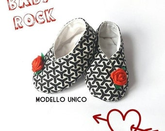 Baby rock, black and white baby booties with decoration