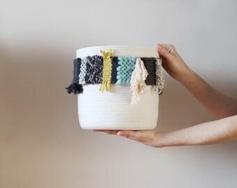 panier de coton avec bande tissée dans les tons de noir, turquoise, beige, limette