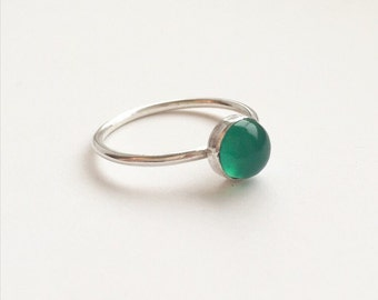 GREEN AGATE RING - Sterling Silver Emerald Green Gemstone Ring - 6mm Cabochon Semiprecious Stackable Ring