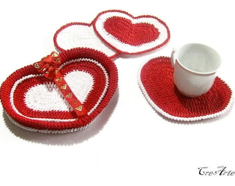 Set 4 Red and White crochet heart coasters with basket, set 4 sottobicchieri rosso e bianco a forma di cuore con cestino all'uncinetto