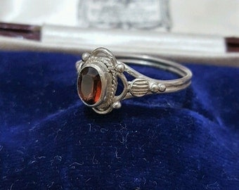 Vintage solid silver ring with a red garnet, art deco design, size m 1/2
