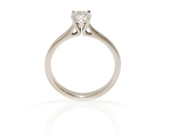 Solitaire engagement ring in 18kt white gold with certified diamond 0.60ct E-F;VS. Natural diamond solitaire engagement ring.