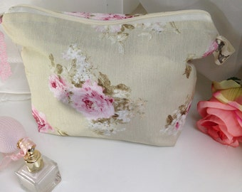Beautycase with romantic roses