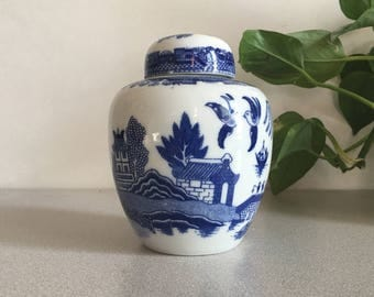 """Vintage Blue Willow and White Chinoiserie Ginger Jar with Lid 5"""""""
