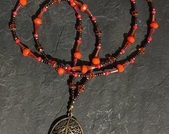 Handgemachte Lange Perlen Halskette aus Toho Perlen. Mit Hamsa Hand der Fatima Anhänger.