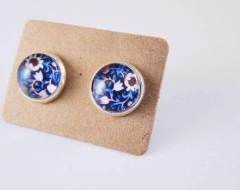 William Morris flower ear studs - Victorian white flower ear studs - Blue William Morris cabochon ear studs - White flower glass ear studs