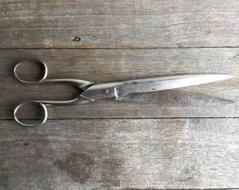 Vintage Bonum Wallpaper Scissors